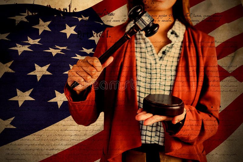 Samengesteld beeld van onderneemster die een wetshamer op de hamer bonzen royalty-vrije stock afbeelding