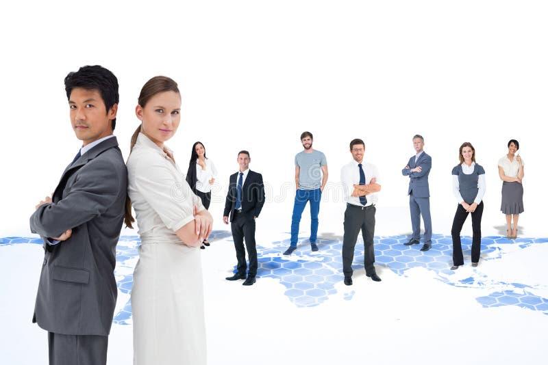 Samengesteld beeld van portret van bedrijfsmensen die zich rijtjes bevinden stock afbeelding