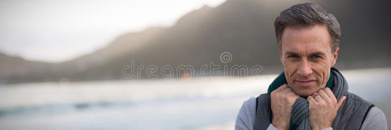 Samengesteld beeld van portret van de knappe rijpe mens stock afbeeldingen