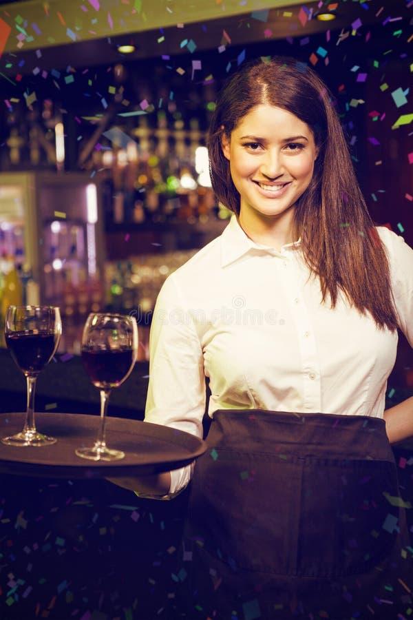 Samengesteld beeld van portret die van mooie serveerster rode wijn dienen stock foto's