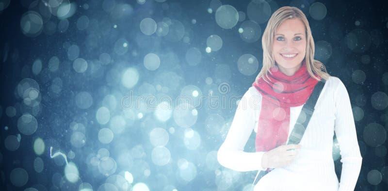 Samengesteld beeld van portret van een opgetogen student die met sjaal bij de camera glimlachen stock foto's