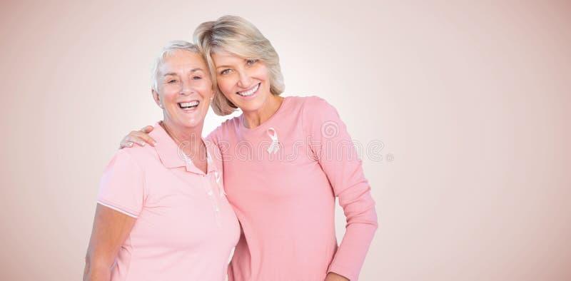 Samengesteld beeld van portret van gelukkige dochter met kankervoorlichting van de moeder ondersteunende borst stock fotografie