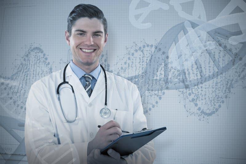Samengesteld beeld van portret het glimlachen arts het schrijven op klembord stock fotografie
