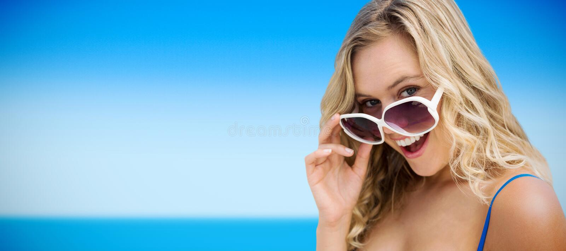 Samengesteld beeld van portret van jonge vrouwen die zonnebril dragen royalty-vrije stock afbeelding