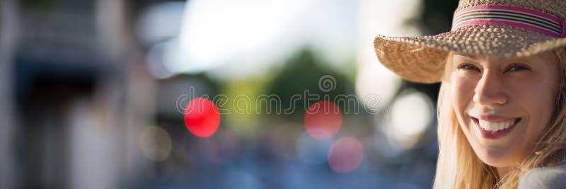 Samengesteld beeld van portret van mooie blondevrouwen die hoed dragen royalty-vrije stock fotografie