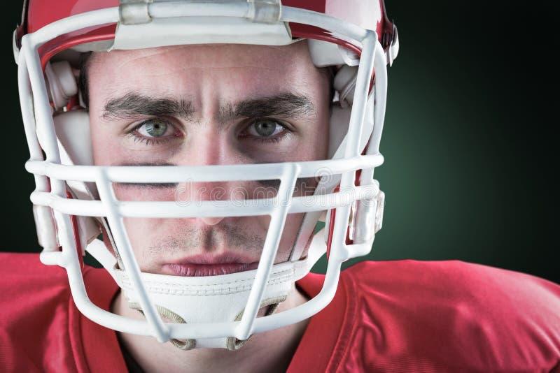 Samengesteld beeld van portret van een ernstige Amerikaanse voetbalster die zijn helm nemen die camer bekijken royalty-vrije stock fotografie