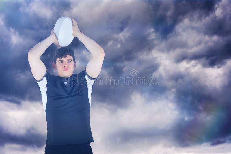 Samengesteld beeld van portret van een rugbyspeler die een 3D bal werpen royalty-vrije stock foto's