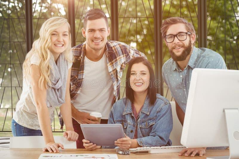 Samengesteld beeld van portret van glimlachende bedrijfsberoeps die digitale tablet gebruiken royalty-vrije stock foto