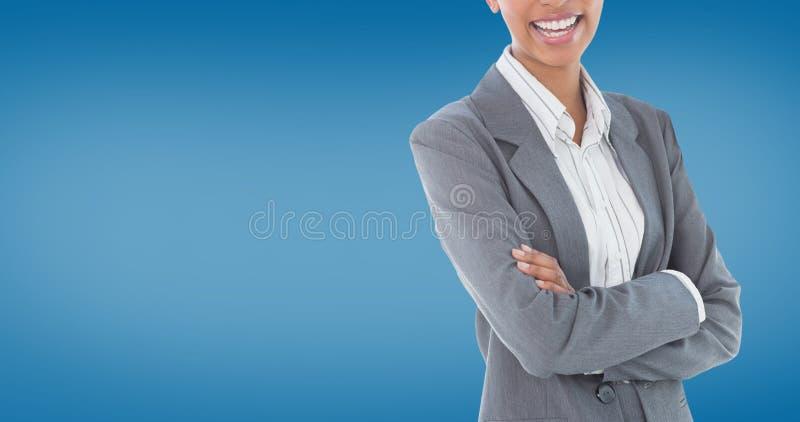 Samengesteld beeld van portret van het glimlachen van gekruiste onderneemster bevindende wapens stock afbeelding