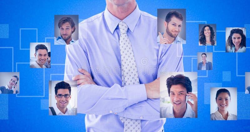 Samengesteld beeld van portret van het glimlachen van gekruiste zakenman bevindende wapens royalty-vrije stock fotografie