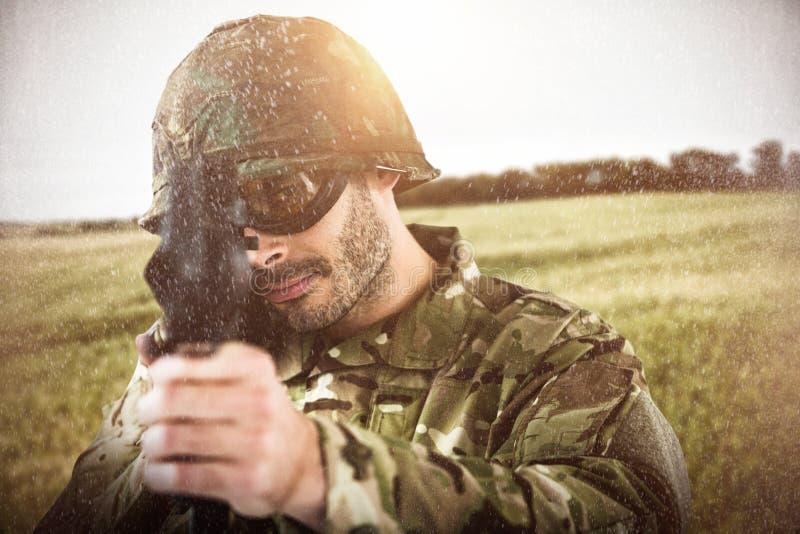 Samengesteld beeld van portret van militair het streven met geweer stock fotografie
