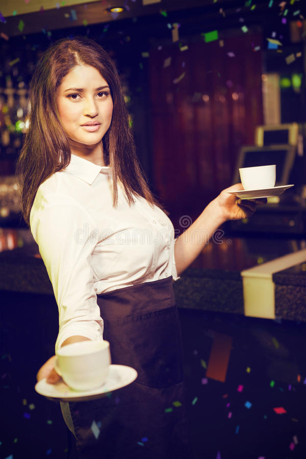 Samengesteld beeld van portret van mooie serveerster dienende koffie royalty-vrije stock fotografie