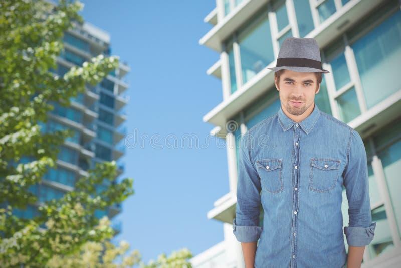 Samengesteld beeld van portret van zekere hipster die hoed dragen stock afbeelding