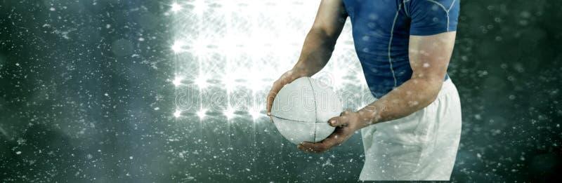 Samengesteld beeld van rugbyspeler ongeveer om de rugbybal te werpen stock afbeelding