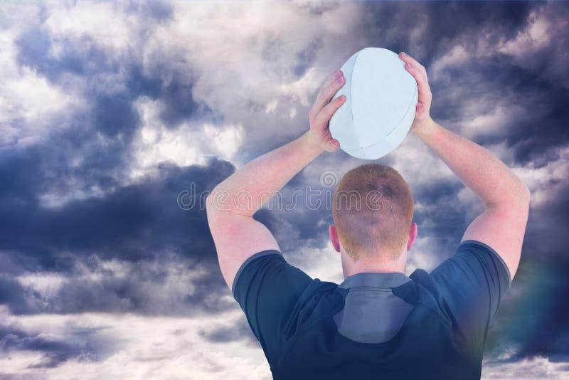Samengesteld beeld van rugbyspeler ongeveer om een 3D rugbybal te werpen royalty-vrije stock fotografie