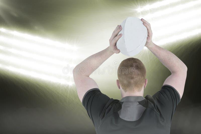 Samengesteld beeld van rugbyspeler ongeveer om een 3D rugbybal te werpen stock afbeeldingen