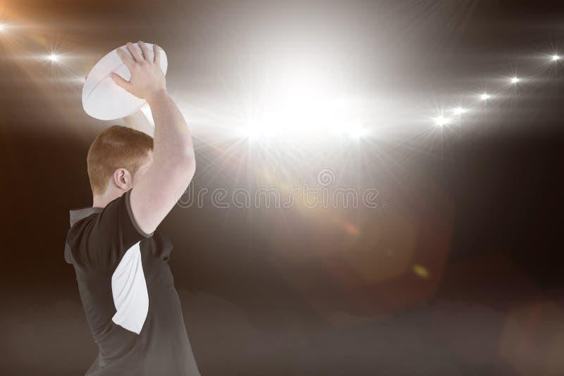 Samengesteld beeld van rugbyspeler ongeveer om een 3D rugbybal te werpen stock afbeelding