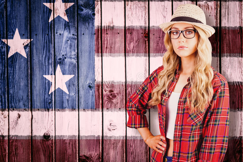 Samengesteld beeld van schitterend blonde hipster met hand op heupen stock fotografie