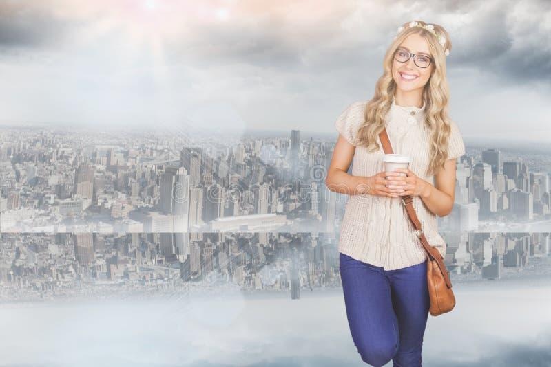 Samengesteld beeld van schitterend glimlachend blonde die hipster tegen rode baksteenachtergrond leunen stock afbeelding