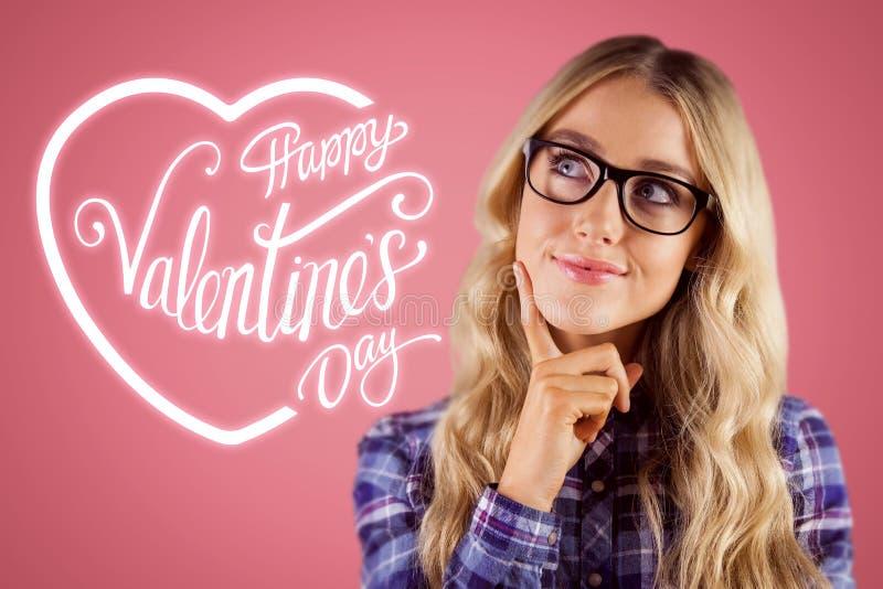 Samengesteld beeld van schitterend het glimlachen blonde hipster dagdromen stock afbeeldingen