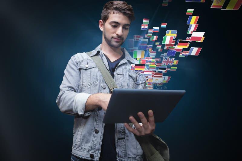 Samengesteld beeld van student die tablet in bibliotheek gebruiken stock afbeelding