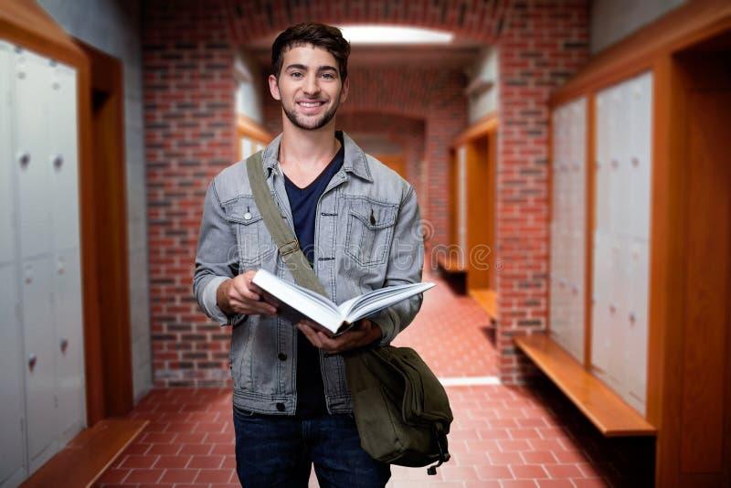 Samengesteld beeld van student het glimlachen bij camera in bibliotheek royalty-vrije stock foto