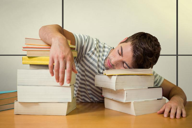 Samengesteld beeld van student in slaap in de bibliotheek royalty-vrije stock fotografie