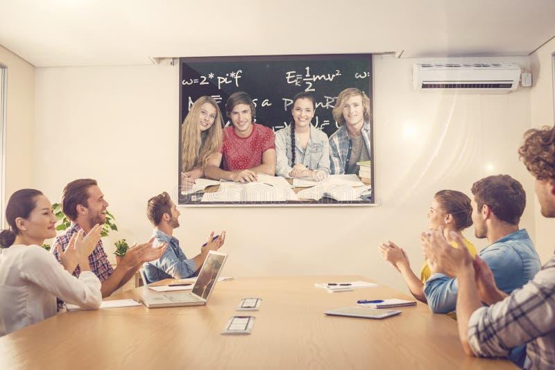Samengesteld beeld van studenten die thuiswerk in bibliotheek doen stock foto's