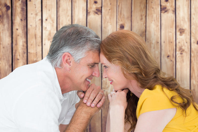 Samengesteld beeld van toevallig paar die bij elkaar glimlachen royalty-vrije stock foto