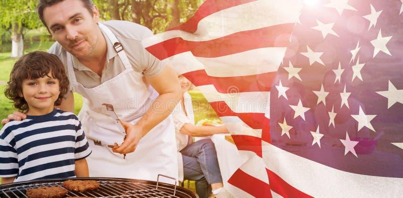 Samengesteld beeld van vader en zoon bij barbecuegrill met familie die lunch in park hebben vector illustratie