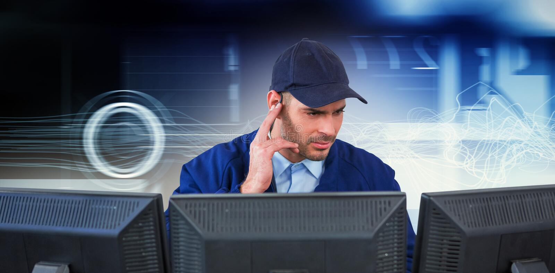 Samengesteld beeld van veiligheidsagent die aan oortelefoon luisteren terwijl het gebruiken van computer bij bureau royalty-vrije stock afbeeldingen
