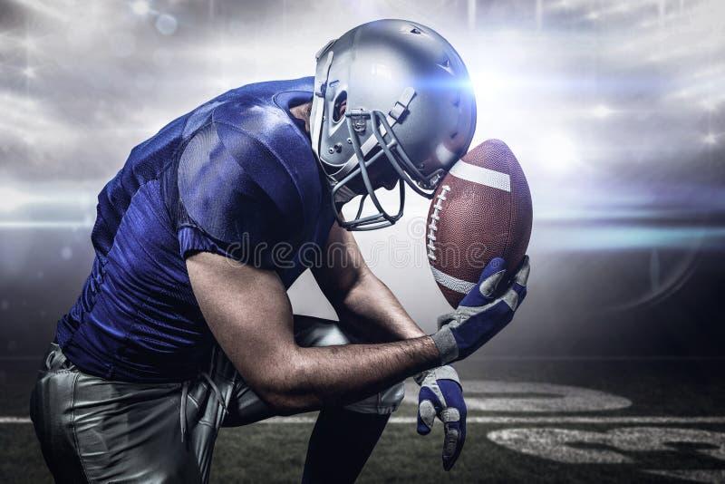 Samengesteld beeld van verstoorde Amerikaanse voetbalster met bal stock afbeeldingen