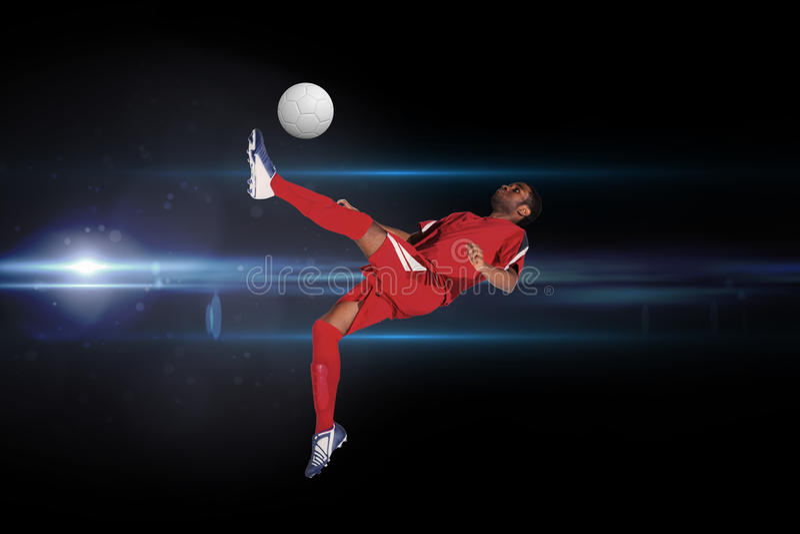 Samengesteld beeld van voetbalster in het rode schoppen stock afbeeldingen