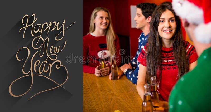 Samengesteld beeld van vrienden die bieren hebben tijdens Kerstmis royalty-vrije stock foto's