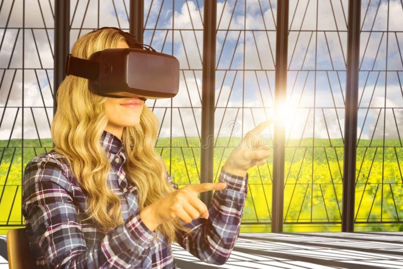 Samengesteld beeld van vrij toevallige arbeider die oculusspleet gebruiken royalty-vrije stock foto