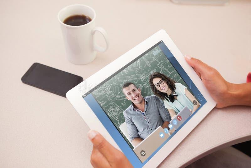 Samengesteld beeld van vrouw die tabletpc met behulp van stock foto