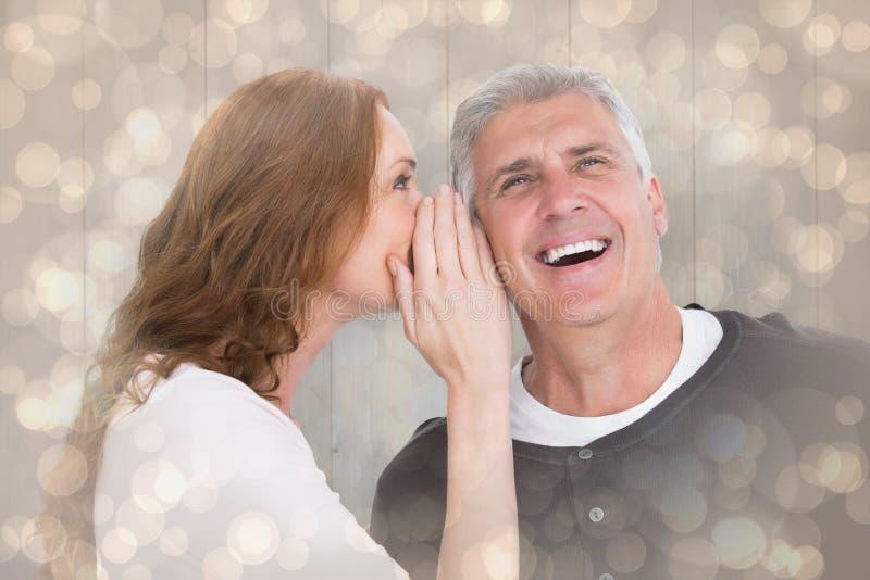 Samengesteld beeld van vrouw het vertellen geheim aan haar partner stock afbeeldingen