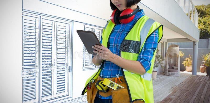 Samengesteld beeld van vrouwelijke architect die digitale tablet gebruiken stock afbeelding