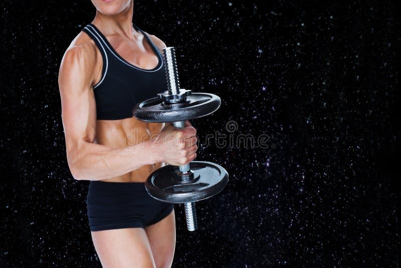 Samengesteld beeld van vrouwelijke sterke bodybuilder die grote zwarte domoor houden vector illustratie