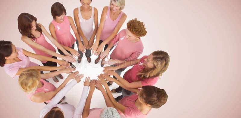 Samengesteld beeld van vrouwelijke vrienden ondersteunend de voorlichting van borstkanker royalty-vrije stock foto's