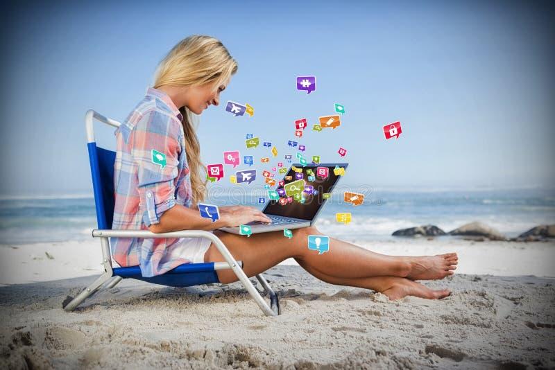 Samengesteld beeld van vrouwenzitting op strand die haar 3d laptop met behulp van royalty-vrije stock fotografie