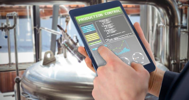 Samengesteld beeld van zakenman die digitale tablet over witte B gebruiken stock afbeeldingen
