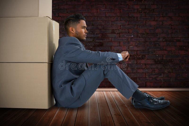 Samengesteld beeld van zakenman het leunen op kartondozen tegen witte achtergrond stock foto's