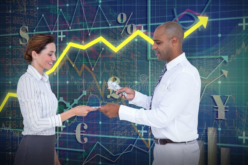 Samengesteld beeld van zakenman het overhandigen geld aan onderneemster royalty-vrije stock fotografie
