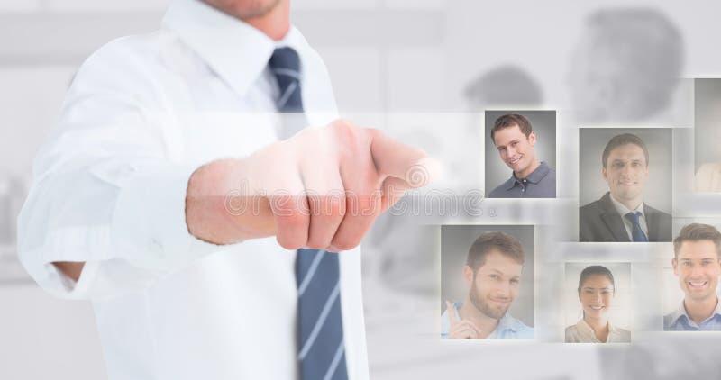 Samengesteld beeld van zakenman in overhemd die bij camera voorstellen stock foto's