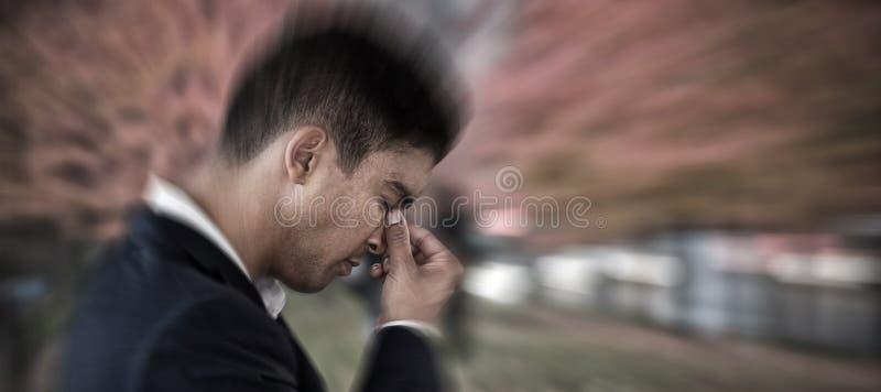 Samengesteld beeld van zijaanzicht van zakenman met het hoofd in hand lijden aan hoofdpijn stock foto's