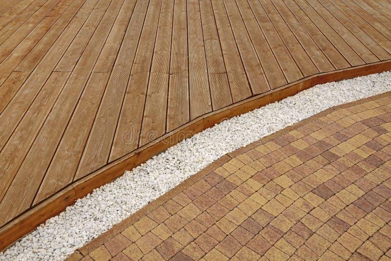 Samengestelde Houten Decking, Witte Marmeren Grint en Steenbaksteen Pavi stock fotografie