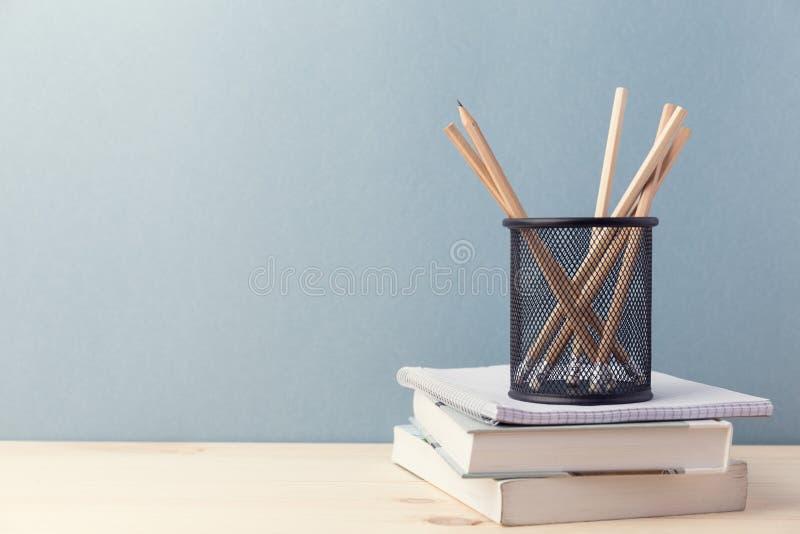 Samengestelde kop potloden en boeken royalty-vrije stock foto's