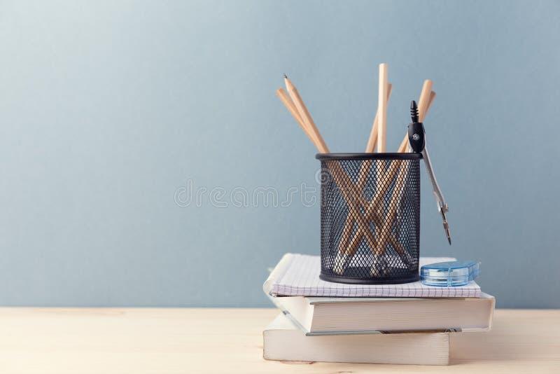 Samengestelde kop potloden en boeken stock fotografie