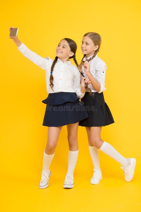 samenhorigheid Online Onderwijs De Dag van de kennis gelukkige vrienden met smartphone de jonge geitjes maken selfie foto, vriend royalty-vrije stock foto's